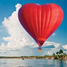 Романтический полёт на воздушном шаре в <strong>подарок в офис для мужчины</strong> виде сердца.
